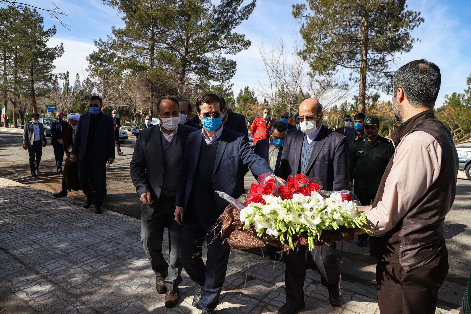 آیین غبارروبی و گلباران مزار شهدای انقلاب در قم برگزار شد