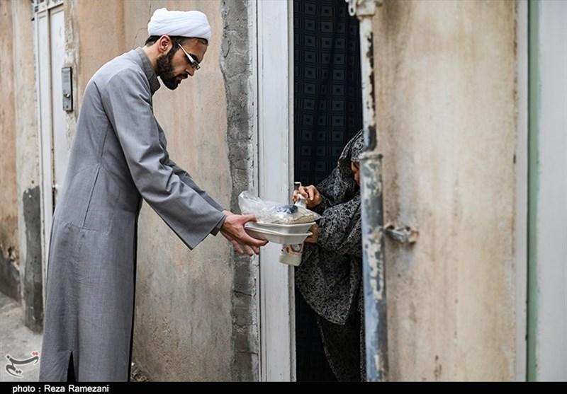 پخت و توزیع افطار توسط طلاب جهادی به نیت امام زمان(عج) در قم به روایت تصویر
